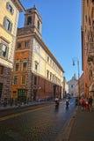 对Sant安德里亚della瓦尔教会的街道视图  免版税图库摄影