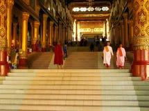 对Shwedagon塔复合体,仰光,缅甸的入口 库存图片