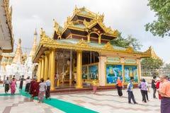 对Shwedagon塔的朝圣在仰光,缅甸 库存图片