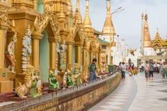 对Shwedagon塔的朝圣在仰光,缅甸 图库摄影