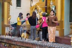 对Shwedagon塔的朝圣在仰光,缅甸 免版税库存图片