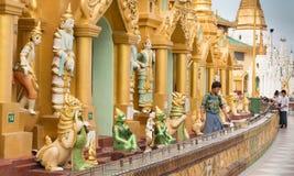 对Shwedagon塔的朝圣在仰光,缅甸 库存照片