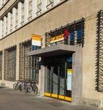 对Sihlpost邮局的入口在瑞士苏黎士 免版税库存照片