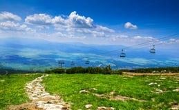 对Skalnate pleso的空中览绳,高Tatra,斯洛伐克 免版税图库摄影