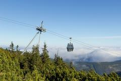 对Snezka的空中览绳与云彩在背景中 库存图片
