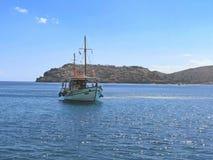 对spinalonga的小企业小船 免版税库存照片