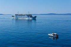 对Spli的Jadrolinija安科纳运送通过一条小船 库存图片
