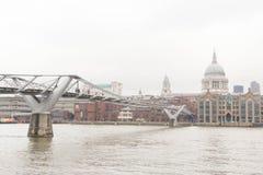 对St `保罗大教堂的桥梁 免版税图库摄影
