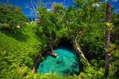对Sua海沟-著名供游泳的深水潭,乌波卢岛,萨摩亚,南 库存照片