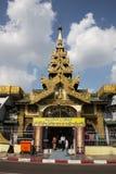 对Sule塔的朝圣在仰光,缅甸 免版税图库摄影