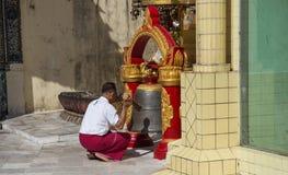 对Sule塔的朝圣在仰光,缅甸 免版税库存图片