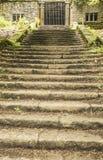 对Summerhouse的方法在Rivington露台的庭院 图库摄影