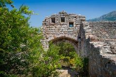 对Sutomore中世纪堡垒的被破坏的入口  免版税库存照片