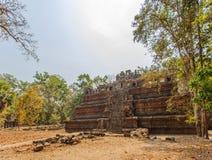 对Ta Prohm寺庙,吴哥城,暹粒,柬埔寨的损坏的入口 免版税库存照片