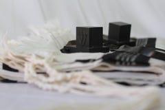 对tefillin,犹太人民的A标志,一个对与黑皮带的tefillin,在白色背景 免版税库存照片