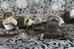 对tefillin,犹太人民的A标志,一个对与黑皮带的tefillin,在白色背景 库存图片