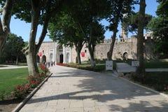 对Topkapi宫殿公园的入口在圣索非亚大教堂附近在伊斯坦布尔,土耳其 库存图片