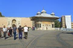 对Topkapi宫殿的皇家门和Sult喷泉  免版税库存照片