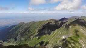 对Transylvanian高原的看法在Vistea母马峰顶 蓬松云彩 股票视频