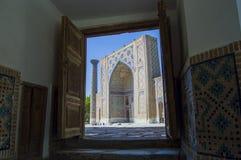 对Ulughbek Madrasah的看法在撒马而罕 库存照片