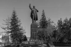 对V.I.列宁的纪念碑在行政大厦关闭的背景,奥勒尔号市,俄罗斯 我 列宁在伊尔库次克 库存图片