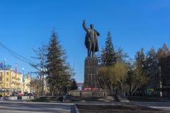 对V.I.列宁的纪念碑在行政大厦关闭的背景,奥勒尔号市,俄罗斯 我 列宁在伊尔库次克 免版税库存图片