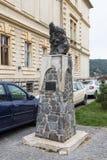 对Vlad Tepes站立在老城市城堡的堡垒正方形的德雷库拉的纪念碑  Sighisoara市在罗马尼亚 免版税库存图片