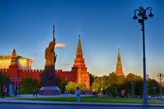 对Volodymyr的纪念碑伟大在克里姆林宫的背景 一个普遍的旅游目的地 区背景中心城市设计喷泉基辅金属莫斯科俄国的购物岗位那里 图库摄影