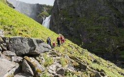 对voringfossen秋天的Peple步行 免版税库存照片