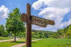 对Wental谷(Fussweg ins Wental)的标志小径 库存图片
