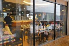 对westwood咖啡店天花板窗口的地板  免版税库存照片