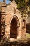 对Whitekirk 12世纪教会的被成拱形的入口在东洛锡安 免版税图库摄影