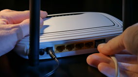 对WiFi路由器的连接缆绳 股票录像
