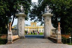 对Wilanow王宫公园,华沙的门 库存照片