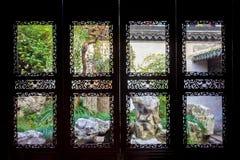 对Yu庭院,上海的窗口 库存照片