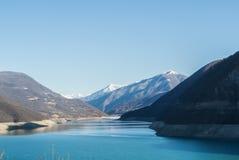对Zhinvali水库的一个看法 免版税库存图片