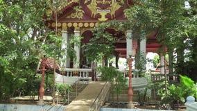寺庙与一个和尚Luang酸值的苏梅岛Pho Daeng的妈咪的Wat Khunaram在泰国股票英尺长度录影 股票视频