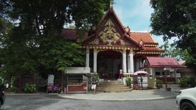 寺庙与一个和尚Luang酸值的苏梅岛Pho Daeng的妈咪的Wat Khunaram在泰国股票英尺长度录影 股票录像