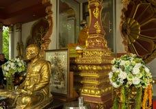 寺庙与一个和尚Luang酸值的苏梅岛Pho Daeng的妈咪的Wat Khunaram在泰国 免版税库存图片