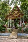 寺庙与一个和尚Luang酸值的苏梅岛Pho Daeng的妈咪的Wat Khunaram在泰国 免版税库存照片