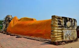 Wat Lokayasutharam斜倚的菩萨Ayutthaya 库存照片