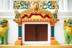 寺庙入口和Singha雕象在寺庙,泰国 库存图片