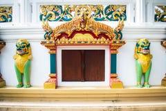 寺庙入口和Singha雕象在寺庙,泰国 免版税图库摄影