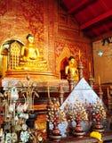寺庙内部在泰国 免版税库存图片