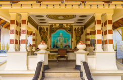 寺庙内部在Bodhi树旁边的 图库摄影
