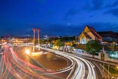 素他寺庙和大回环在暮色时间,曼谷, Tha 免版税库存照片