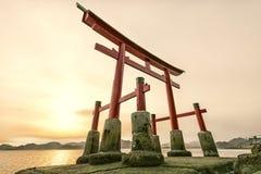 寺庙和海运的Torii门 免版税库存照片