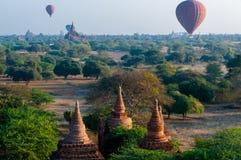 寺庙和热空气迅速增加飞行在Bagan 免版税库存图片