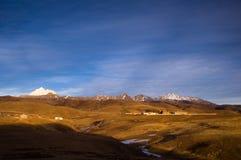 寺庙和雪山在藏语 免版税库存图片