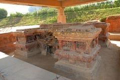 寺庙和鹿野苑古城的佛教stupas 免版税库存图片